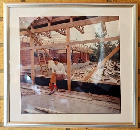 Harvinainen kuva Ryysyrannan olohuoneen seinällä. Irwin talonsa työmaalla rungonpystytysvaiheessa.