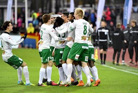 IFK Mariehamnin pelaajat juhlivat johtomaalia.