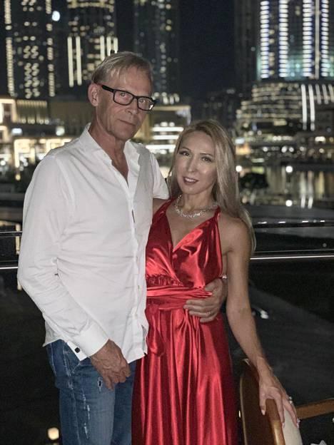 Nadja Sukari valitsi Dubain ylellisistä laukkuliikkeistä syntymäpäivälahjakseen Fendin laukun.–Se sopii Nadjan tyyliin paremmin kuin Chanel, Topi Sukari arvioi.