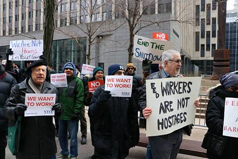 Ympäristövirasto EPA:n lomautetut työntekijät osoittivat mieltään New Yorkissa keskiviikkona.
