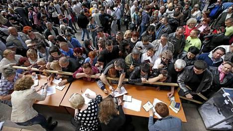 Ihmiset jonottavat äänestämään Mariupolissa.