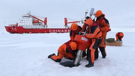 Kiinalainen jäänmurtaja Xuelong (suom. Lumilohikäärme) purjehti Jäämerellä elokuussa 2016. Miehistö asensi jääpeitteeseen tutkimuspoijun. Arktinen alue on Kiinan kasvavan mielenkiinnon kohde.