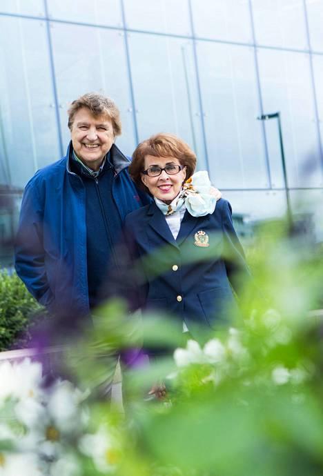 Kai Lindin ja Arja Tuomarilan liitto on kestänyt, vaikka kaikkien tuntemilla kuuluisuuksilla riitti ihailijoita ja houkutuksia.