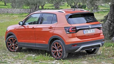 T-Cross on muotoiltu Poloa selkeästi roisimmin. Se esittäytyy ilmeeltään selkeästi SUV-henkisenä helmojen muovikuorrutuksineen.