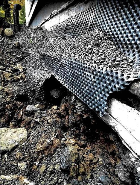 Rakennusten vierustan maaperän tulee olla sellaista, että se läpäisee sadevedet. Sepelin seasta paljastui isoja kiviä ja savea.