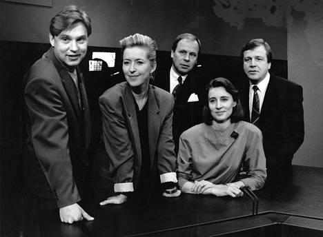 Ylen tv-uutisten toimittajat Arto Nurmi, Riikka Uosukainen, Kari Toivonen, Marjukka Havumäki ja Arvi Lind vuonna 1990.