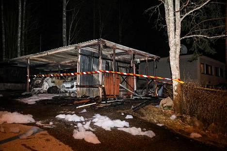 Tämä oli ensimmäinen hälytys. Autokatos ja autoja paloi Luhtimäki-nimisellä tiellä Vantaan Varistossa.