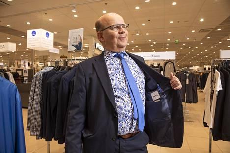 Pekka Halosen pukuvalinta on Turo Tailor. Tietysti.