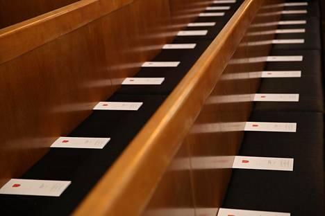 Presidentti Koiviston hautajaisten ohjelmavihkot jaettiin Tuomiokirkon penkeille.