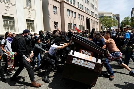 Trumpin kannattajat ja vastustajat tappelivat Berkeleyssä, Kaliforniassa lauantaina.