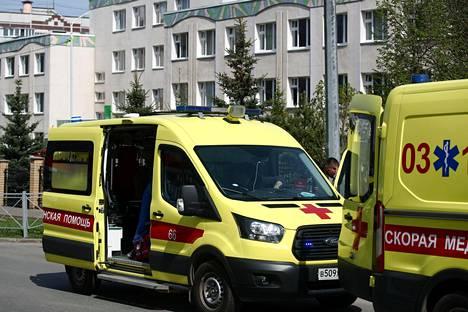 Ambulansseja koulun edustalla.