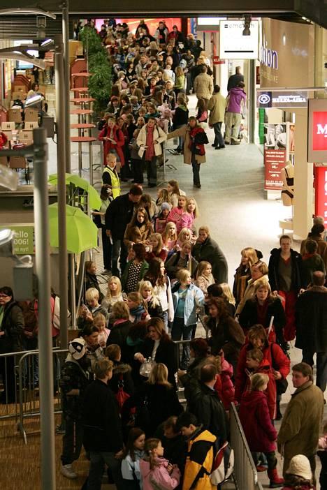 Idols-finalistit vierailivat kauppakeskus Sellossa joulukuussa 2005. Nimikirjoituksia jonotettiin sankoin joukoin.