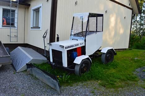 Jarkko Perälän lumitöihin rakentama traktori on komea näky.