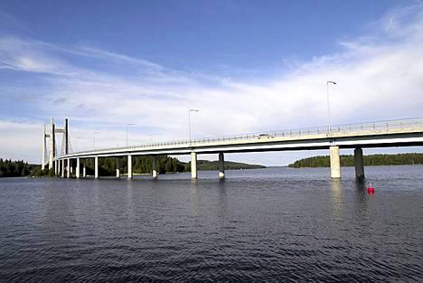 Lossivahti on tavallinen ravintola, mutta vierailun arvoisen siitä tekee sen terassilta avautuva maisema. Päijänteen kapeimpaan kohtaan rakennettu Kärkisten silta on upea näky ja järvimaisema pala parasta Suomea.