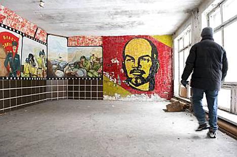 Rakennuksista löytyy muun muassa Leninin kuva.