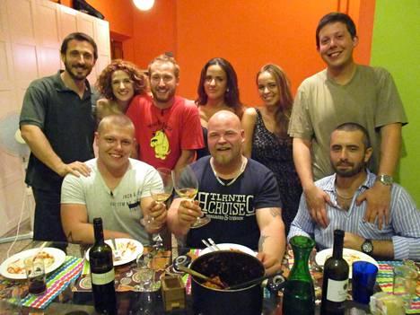 Eino ja Kalle illallistavat italialaisessa kodissa.
