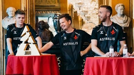 """Lucas """"Bubzkji"""" Andersen (vasen reuna) jäi Astraliksen major-kokoonpanon ulkopuolelle. Tanskalaisjoukkue luottaa vuoden ykkösturnauksessa Peter """"dupreeh"""" Rasmussenin (keskellä) ja Lukas """"gla1ve"""" Rossanderin kaltaisiin legendoihin."""