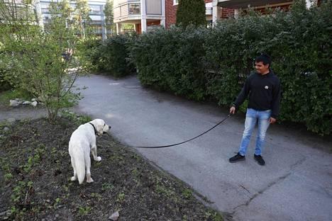 Jonathan Gripenberg ja Simba-koira asuvat viereisessä talossa. Gripenberg kuvailee aluetta hyvin rauhalliseksi.
