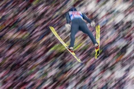 Bernhard Gruber pääsi hyppäämään Eero Hirvosen avustuksella.