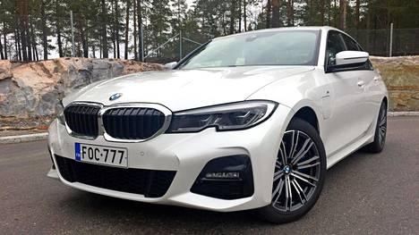 BMW:n töpseli-kolmonen eli 330e on ajoakkujen vuoksi parisataa kilogrammaa vastaavaa bensamallia painavampi. Ajokokemus ei sitä myöten ole aivan niin ketterän urheilullinen kuin esimerkiksi 330i:ssä. Lukuisat erilaiset ajomoodit mahdollistavat eräänlaisen luonteenvaihdon arjen ja juhlan välillä, mutta vaativat paljon aktiivisuuta myös auton käyttäjältä.