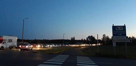 Heinäkuussa bensatarjous sai aikaan kilometrien jonot.