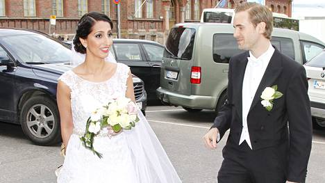Onnellinen aviopari Nasima Razmyar ja Johan Fager saapuivat juhlapaikalle lauantaina kello 17.40.