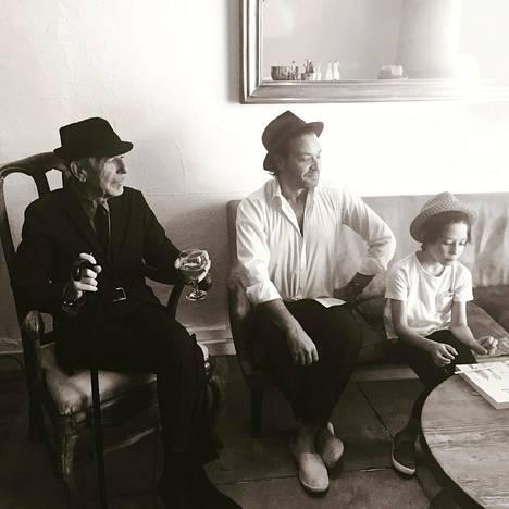 Leonard Cohen poikansa ja pojanpoikansa kanssa.