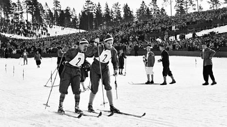 Paavo Lonkila (vas.) lähettää Urpo Korhosen matkaan Oslon talviolympiakisojen 4 x 10 kilometrin viestihiihdossa.