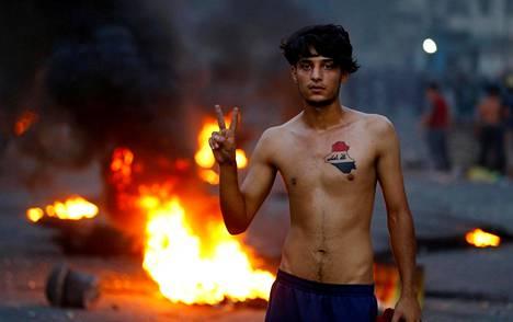 Huoli kansasta. Mielenosoittaja näytti voitonmerkkiä osallistuessaan Irakin Bagdadissa maanantaina protestiin, jossa vaadittiin parempia julkisia palveluita.