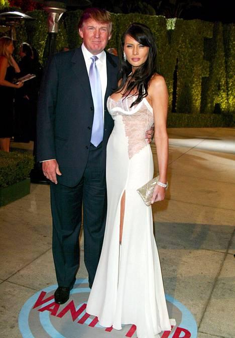Vuonna 2004 Melania valitsi Vanity Fairin Oscar-gaalajuhliin pitsikoristeisen kermanvaalean iltapuvun.