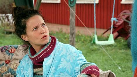 Heini (Jemina Sillanpää) kokee burnoutin ja palaa lapsuudenkotiinsa toipumaan.