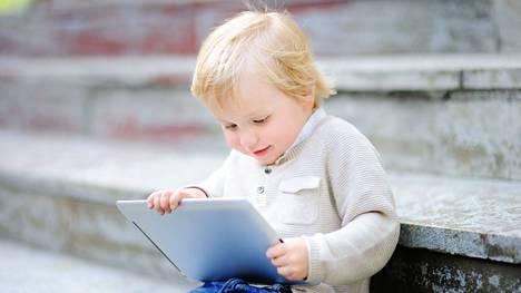 WHO ei suosittele alle kaksivuotiaille lapsille lainkaan ruutuaikaa. Alle viisivuotiailla suositus on korkeintaan tunti päivässä.