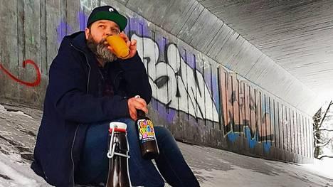Olarin Panimon voittoisa oluentekijä Ville Leino kuvattiin viime lumilla Olarinkadun alikulkutunnelissa Runaway-pullon kanssa.