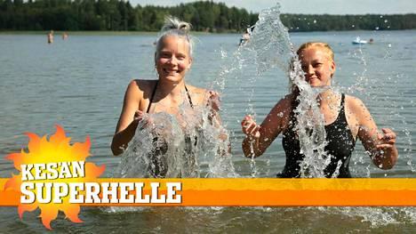 Janita Vartija (kuvassa vasemmalla) ja Maria Hakala ovat käyneet Littoistenjärven rannalla lähes joka päivä.