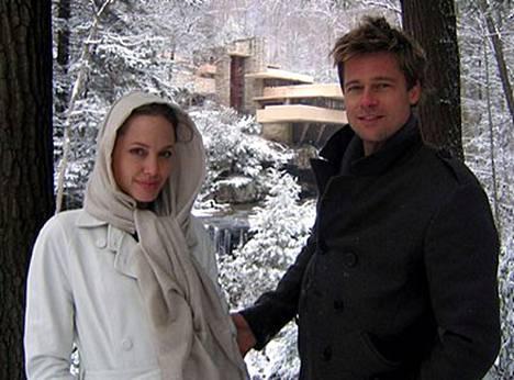 Angelina Jolie ja Brad Pitt astunevat alttarille seremoniassa, jota höystää afrikkalainen musiikki.