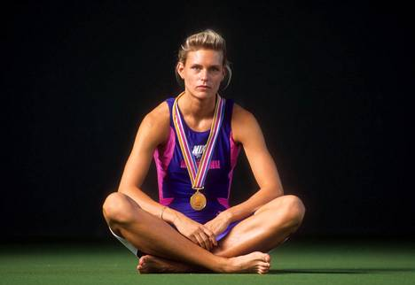 Katrin Krabbe kuvattuna Tokion MM-kisojen jälkeen. Hän voitti kultaa 100 ja 200 metrillä.