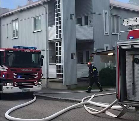 Palokunta paikalla sammuttamassa tulipaloa.