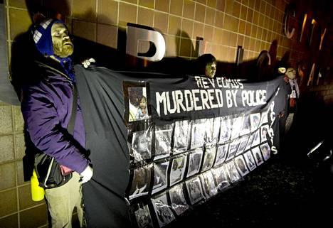 Chicago: Heidätkin poliisi murhasi, lukee mielenosoittajien lakanassa.