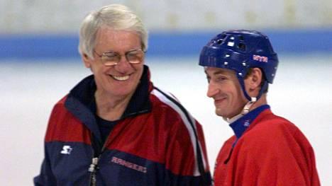 Valmentaja John Muckler (vas.) ja Wayne Gretzky New York Rangersin harjoituksissa keväällä 1999. Gretzky päätti uransa samana keväänä.