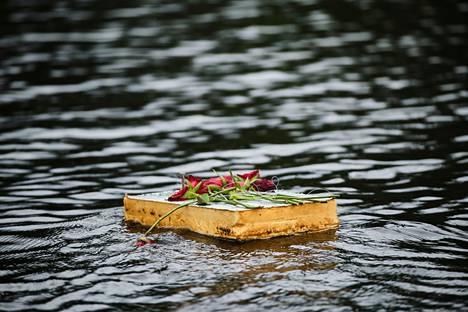 Joessa virtasi lautta, johon oli kiinnitetty ruusuja.