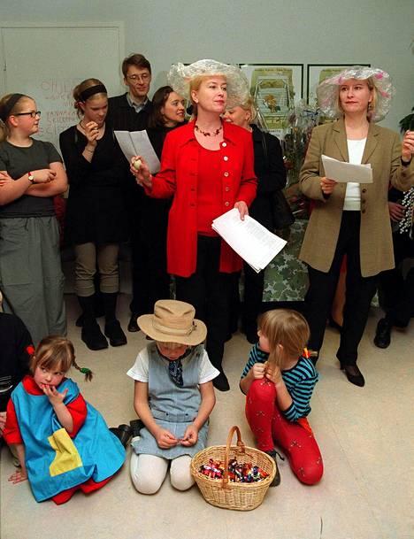 Kirjailijat Tiina Nopola ja Sinikka Nopola (oik.) juhlistivat Heinähattu ja Vilttitossu -kirjojen 10 -vuotisjuhlaa Helsingissä marraskuussa 1999.
