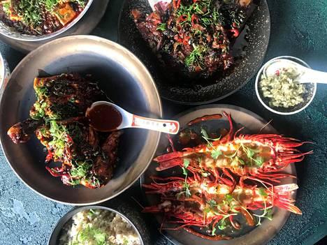 Tarjonnan eroa monien suomalaisten käsitykseen kiinalaisesta ruoasta luonnehditaan muun muassa näin: keittiö on yhdistelmä umamin täyttämää Hakka-keittotaitoa, japanilaisia makuja, Hongkongin katukeittiöiden maailmaa ja perinteisiä kantonilaisia metodeita.