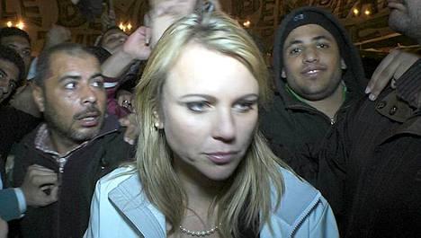 CBS:n ulkomaantoimittaja Lara Logan vain hieman ennen kuin joutui ympäröivän väkijoukon raiskaamaksi Kairon keskustan mielenosoituksessa.