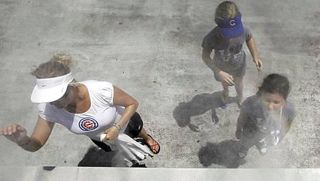 Vesihöyrysuihku viilensi baseballin ystäviä ennen Chicago Cubsin kotipeliä.