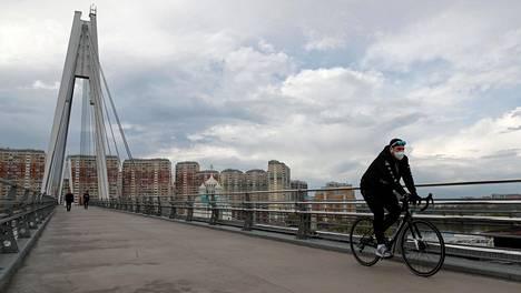 Mies pyöräilemässä Moskovassa tiistaina.