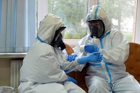 Venäjän terveydenhuollon työntekijöiden ylläpitämän muistosivun mukaan maassa on kuollut jo yli 400 lääkäriä ja sairaanhoitajaa koronaviruksen vuoksi. Kaikille ei ole riittänyt asianmukaisia suojavarusteita.