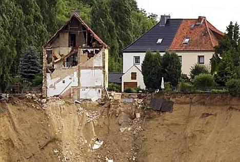 Asuintalo sortui järveen pienessä Nachterstedtin kaupungissa. Kolmen ihmisen pelätään menehtyneen oudossa onnettomuudessa.