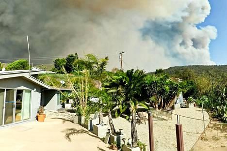 Kuvassa Heikki Ketolan talo, jonka taustalla näkyy lähestyvä tulipalo.