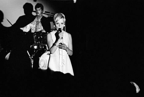 Katri Helenan ura levylaulajana alkoi vuonna 1963. Kuva on esiintymisestä Danny-show'ssa Mäntsälässä elokuussa 1967.