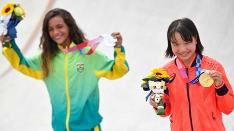 Rullalautailun street-kisan voitti 13-vuotias japanilainen Momiji Nishiya (oik.) ja hopeaa saavutti Brasilian 13-vuotias Rayssa Leal.